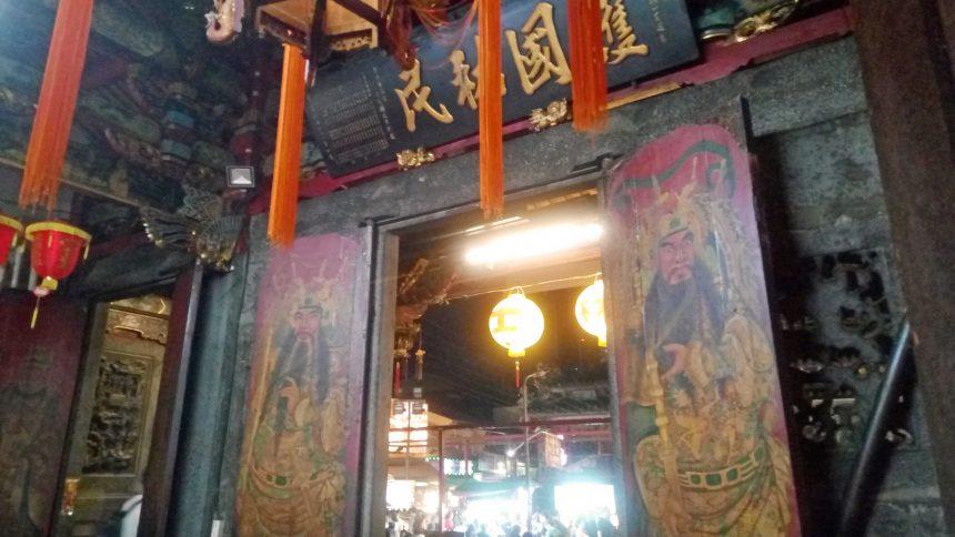 慈諴宮の入り口。扉の絵は関羽様?