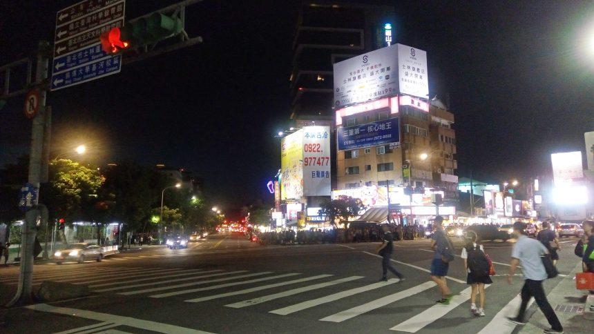 MRT剣潭駅から出て士林夜市へ続く交差点