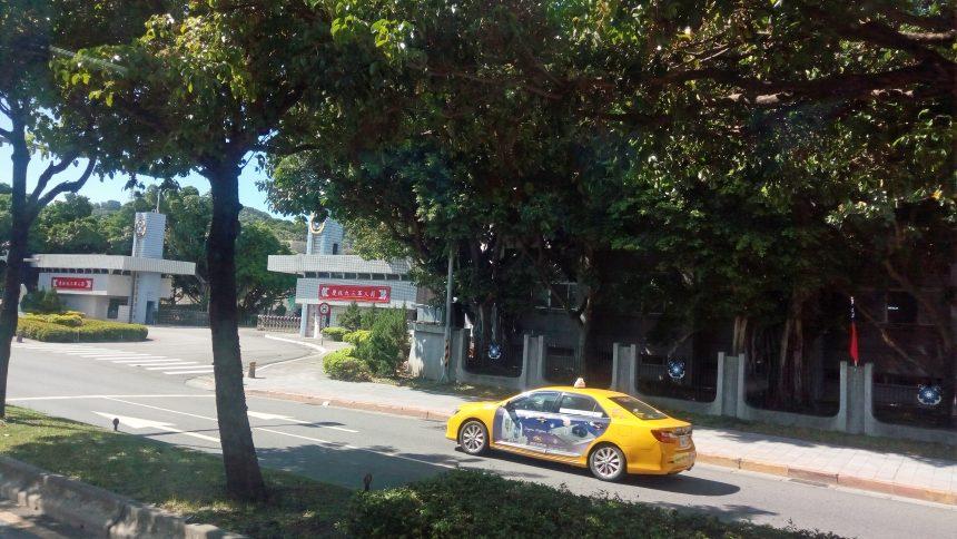 軍の前を走るイエローキャブ(タクシー)