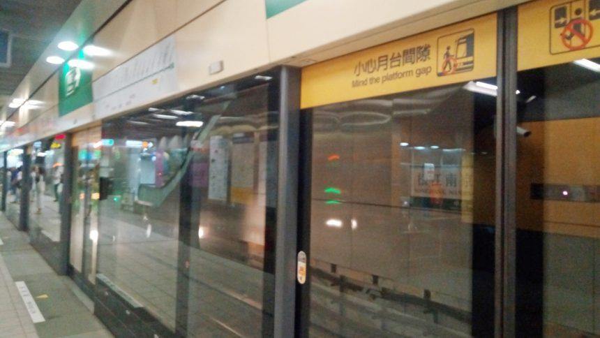 台湾MRTのホームゲート。これだけしっかりしてれば事故は起きないね。