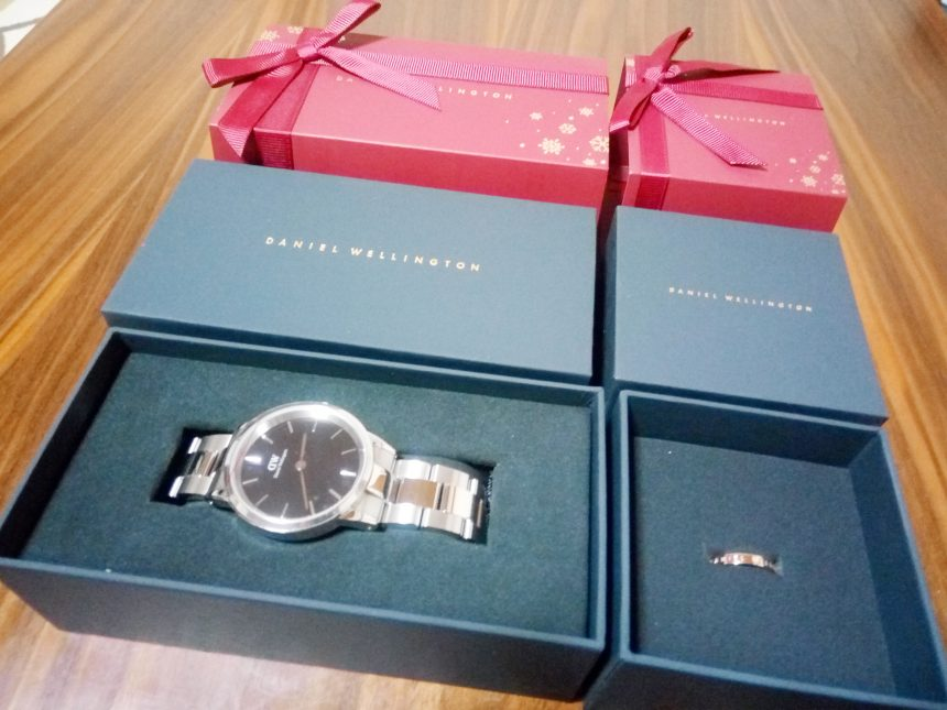 日本限定クリスマスラッピング仕様ダニエルウェリントン。箱と時計本体を並べている状態