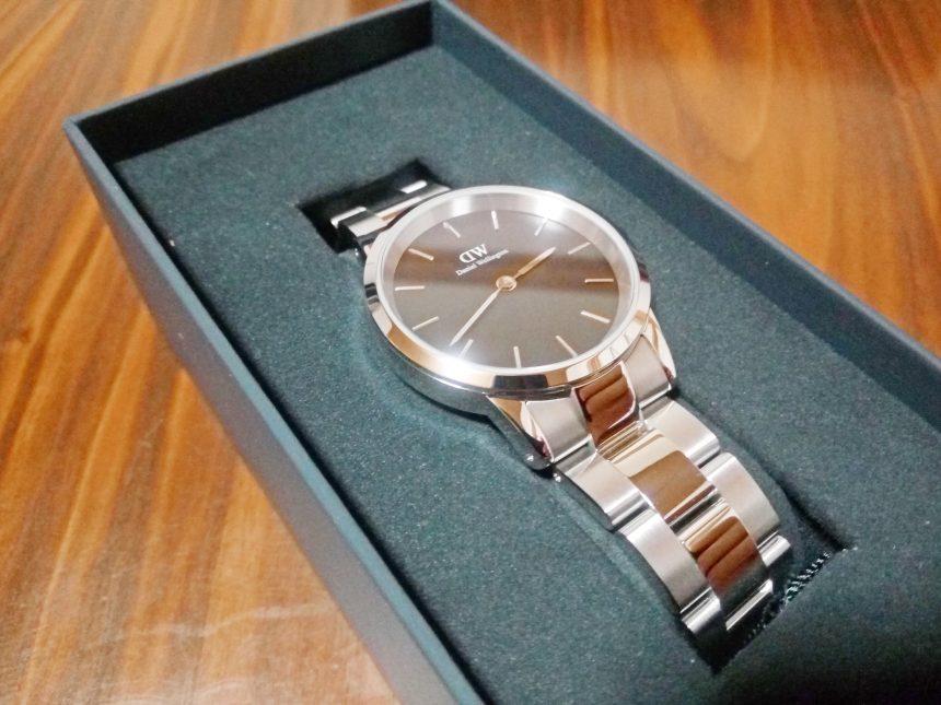 シルバーのICONIC LINK黒文字盤の腕時計