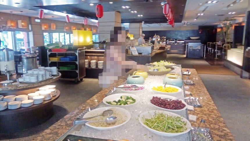 野菜や果物が並んでいるレオフーホテルのビュッフェ
