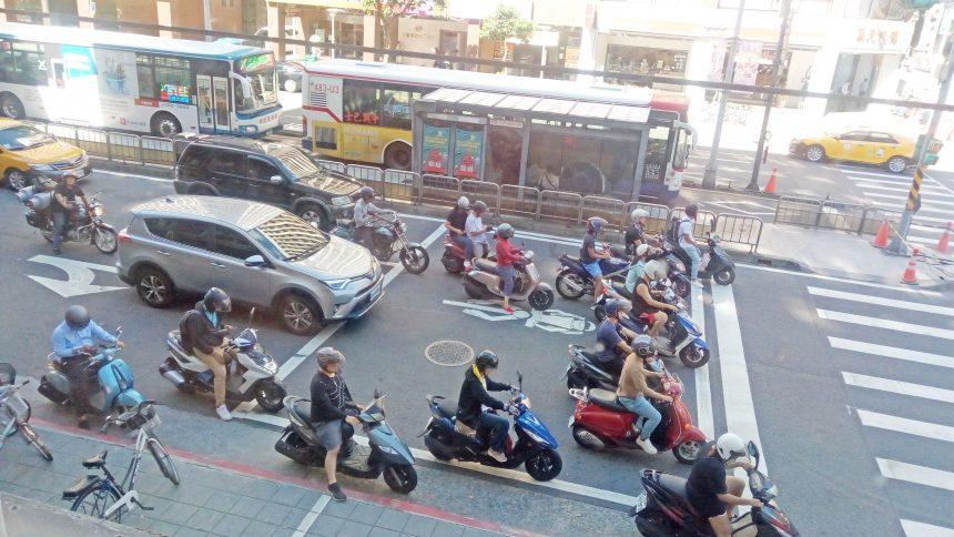 信号待ちする台湾バイク民