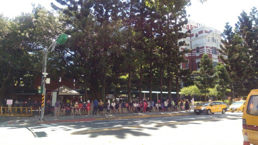 台湾総統府の見学に並ぶ人の列