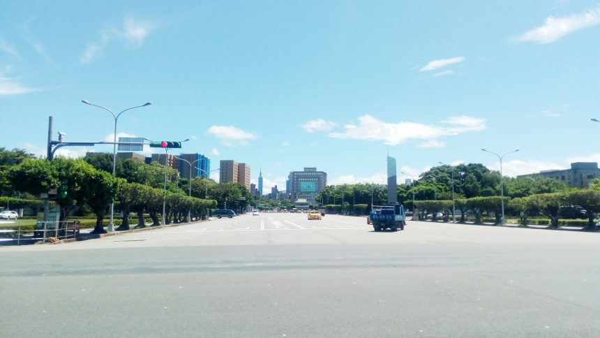台湾総統府の前の道路。日本の国会議事堂前の道路と似ている