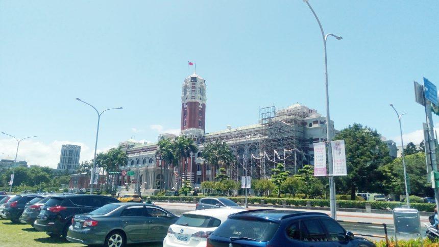 台湾総統府。建物半分に足場が組まれている状態