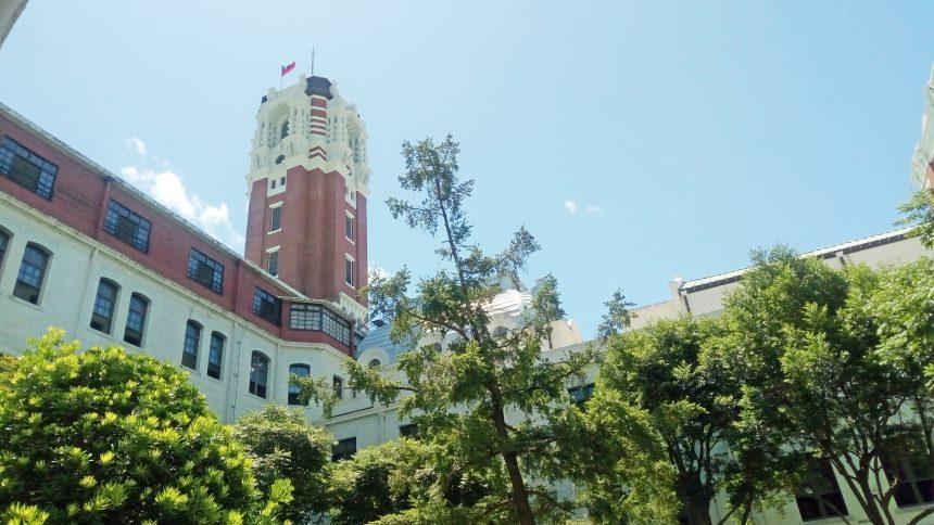 台湾総統府の中庭から塔を見上げた状態
