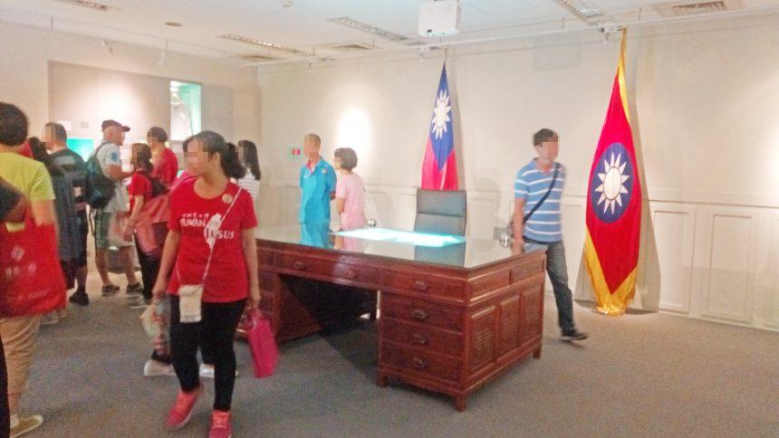 総統府の中に展示されている、台湾総統執務室と同じ執務机