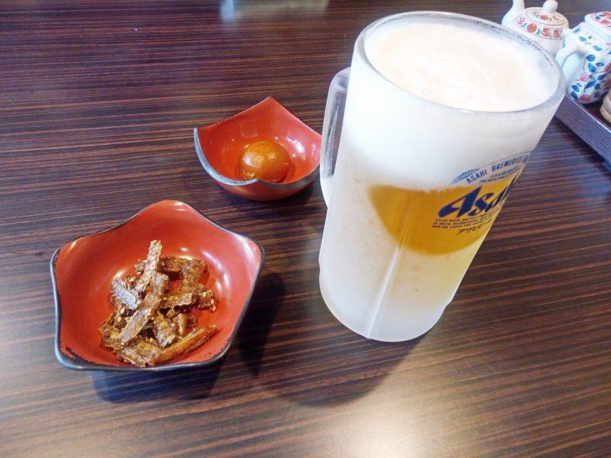 キンキンに冷えたビールと鰻の骨せんべい