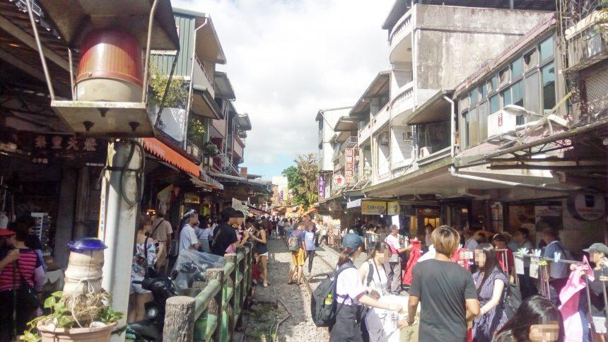 十分の線路とスレスレにある商店街