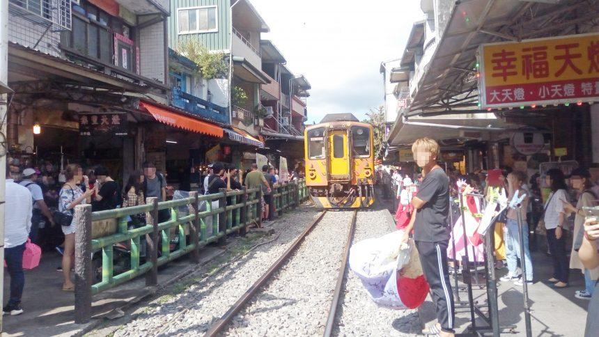 列車と人がスレスレにいるカオスな状態の十分