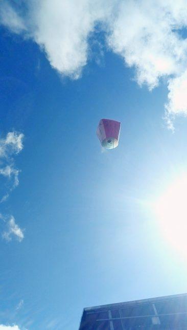 空高く上がるランタン2