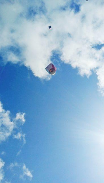 空高く上がるランタン3