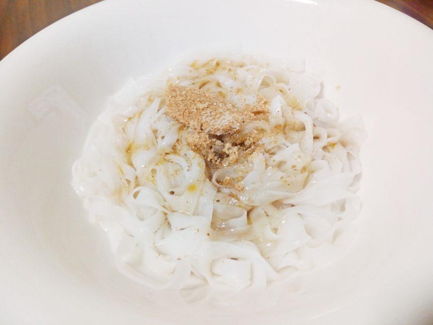 茹で上がったフォーに粉末・液体スープをかけた状態。