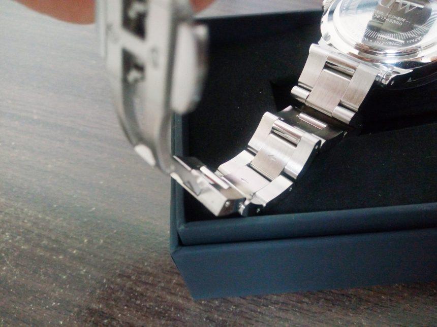 腕時計のバンド内側に書いてある、調整ピンを抜く方向の矢印