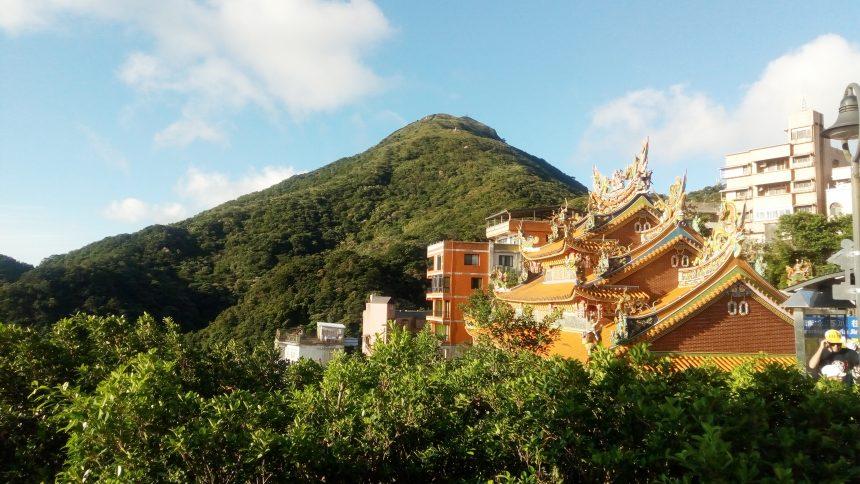九扮の斜面にたつ寺院