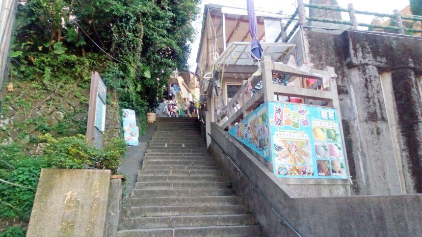 九扮派出所から上に続く階段